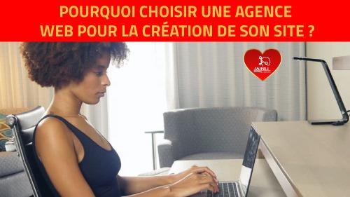 image d'une femme manipulant un ordinateur